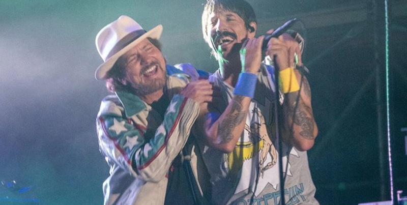 Eddie Vedder divide palco com Red Hot Chili Peppers e The Strokes