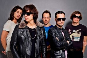 "The Strokes lança ""At The Door"" e anuncia novo álbum para abril"